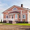 - Персиковый дом с белой лепниной