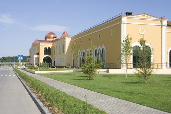 фасад фабрики оформлен фасадным регент декором по индивидуальному заказу