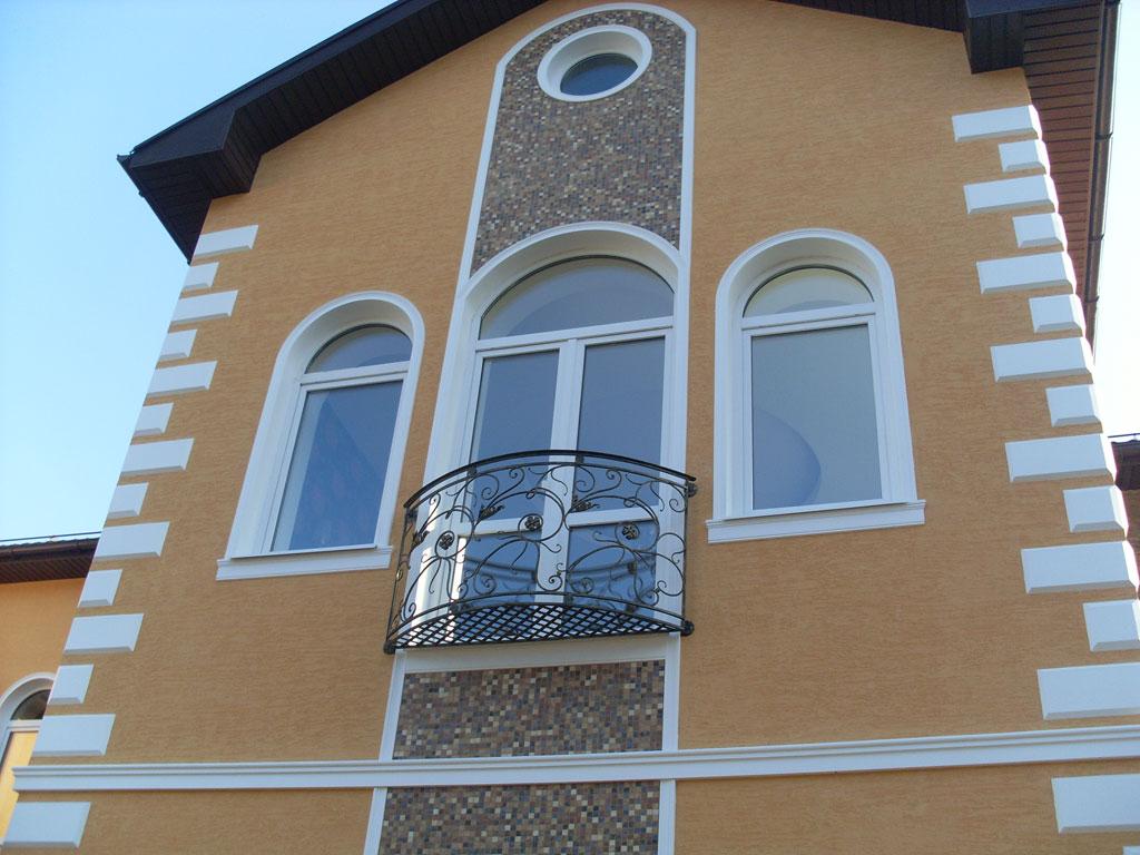 Полукруглые окна и выход на балкон.