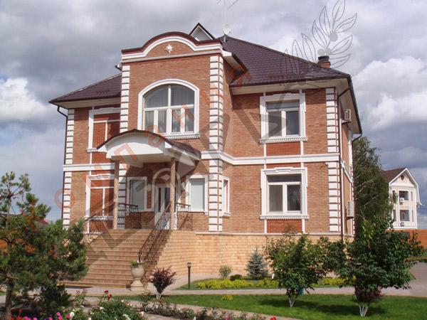 фасад особняка в Тюмени отделан декором из каталога регент декор