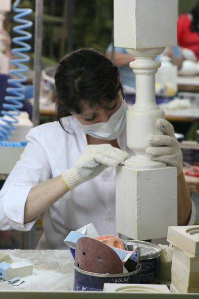 подготовка фасадного декора из полиуретана