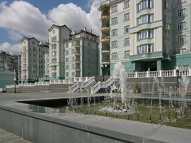 фонтаны в у жилого комплекса покровский берег, отделанного фасадным декором