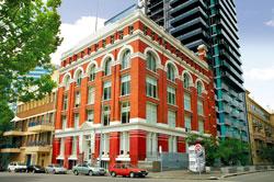 здание ампир с фасадной лепниной