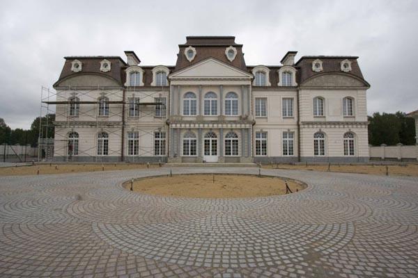 барочный замок оформлен фасадной лепниной