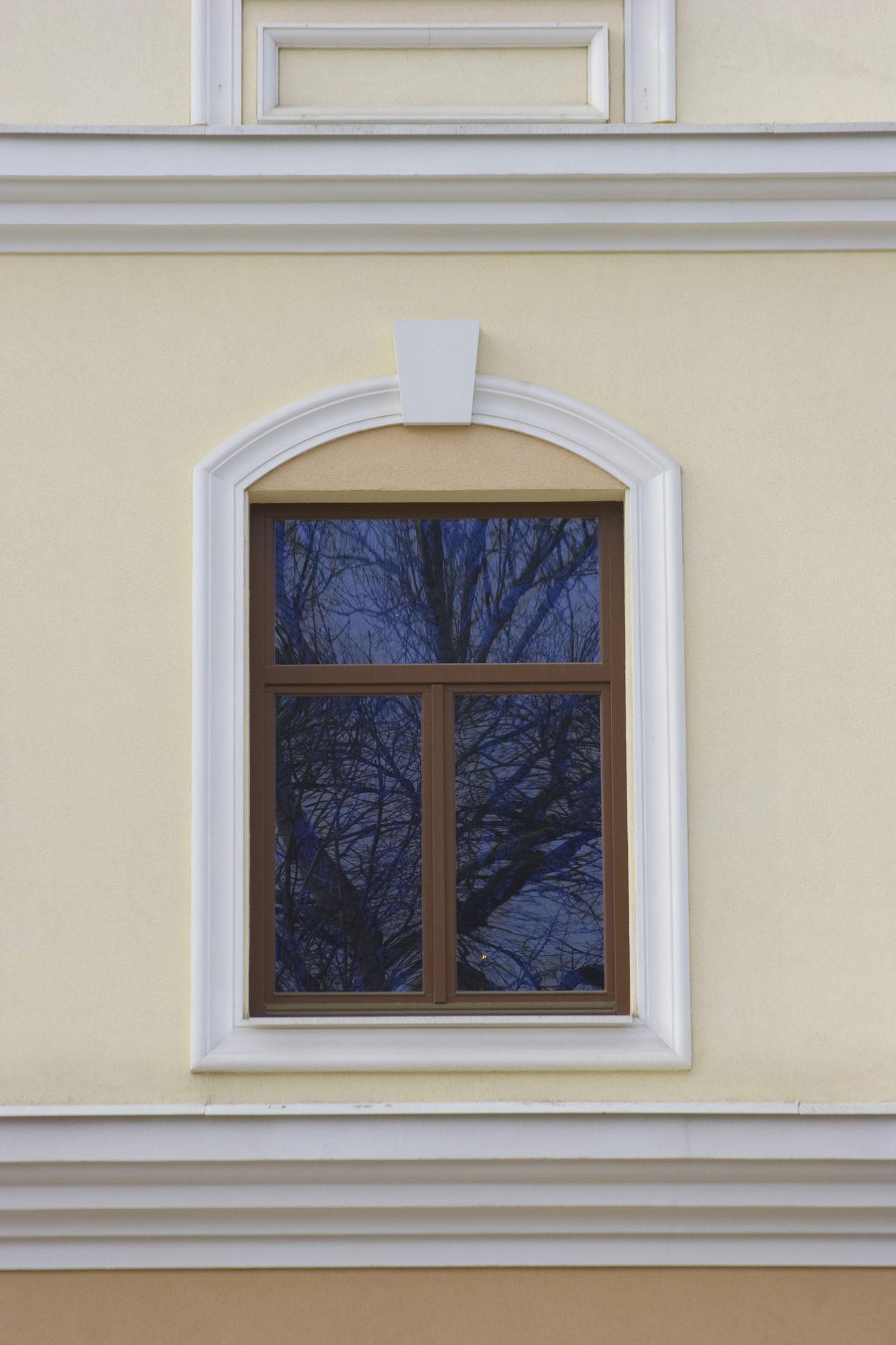 Декор из полиуретана на окна фасада