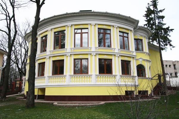 архитектурный декор фасада в усадебном стиле