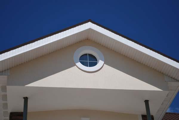 подкровельный карниз и обрамление круглого окна на фасаде частного дома в самаре