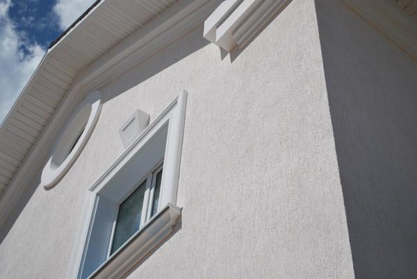 обрамление круглых окон, подкровельный карниз на фасаде особняка в самаре