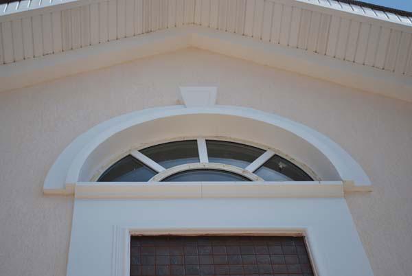 Оформление арочного окна молдингами, арками и замковым камнем
