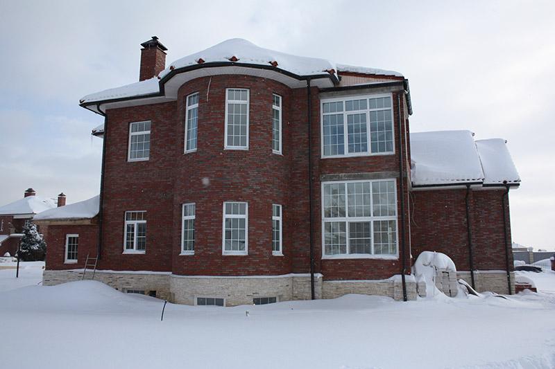 оформление фасада дома из кирпича с белыми окнами - фотографии