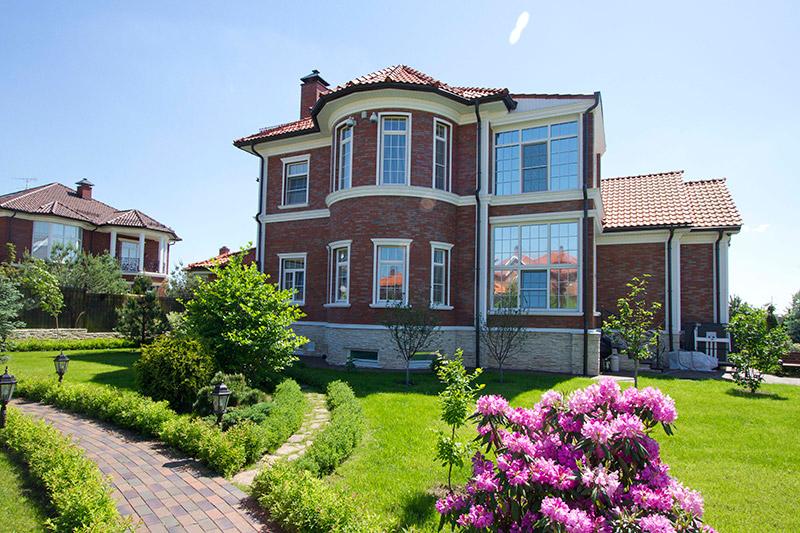 улучшение фасада с помощью молдингов, карнизов, сандриков, стилизированный дизайн дома