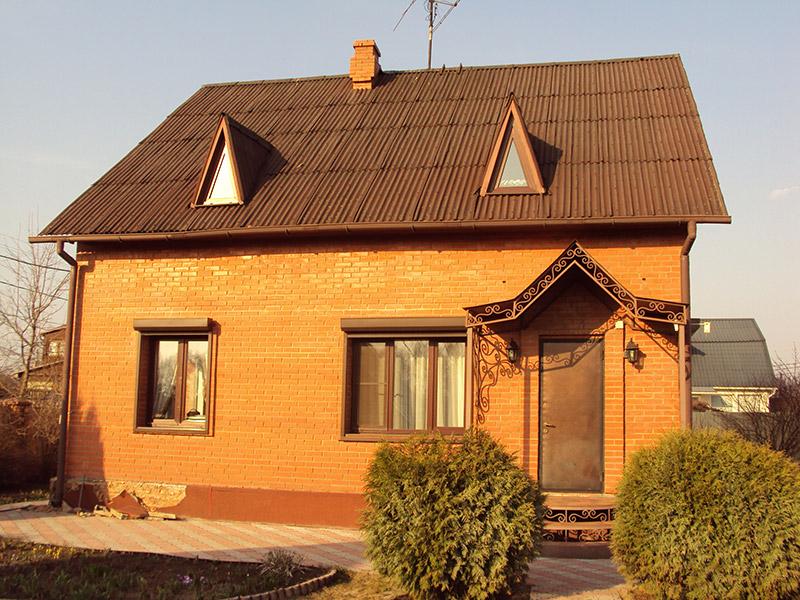 как оформить дом на даче, фотографии дома с мансардным этажом, лепнина из полиуретана под цвет дома
