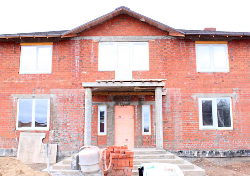 строительство дома, как выглядит дом до установки лепнины, реализация проекта дома с колоннами