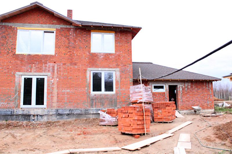 фото как строится дом, вид фасада дома можно улучшить с помощью лепнины