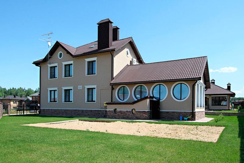 фото загородный дом с крытым бассейном, украшение фасада лепниной, красивые дома