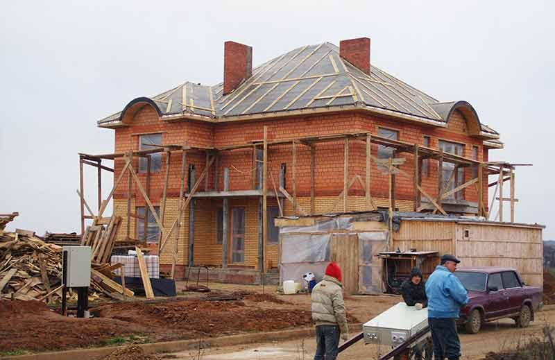 постройка дома, дом без декора, монтаж декора из полиуретана