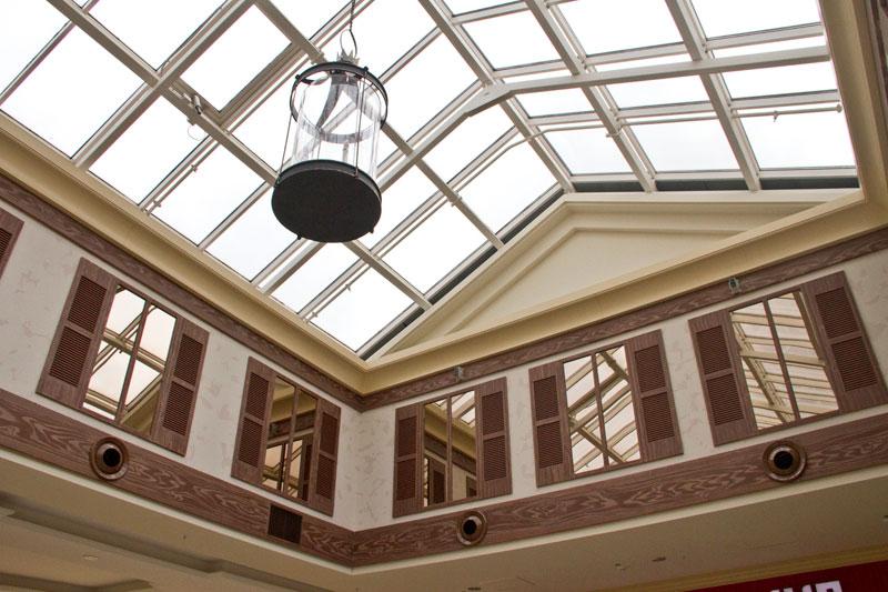 готовый интерьер торгового центра оформлен лепниной из полиуретана