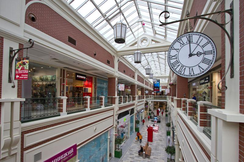 Молдинги и карнизы в интерьере торговой галереи