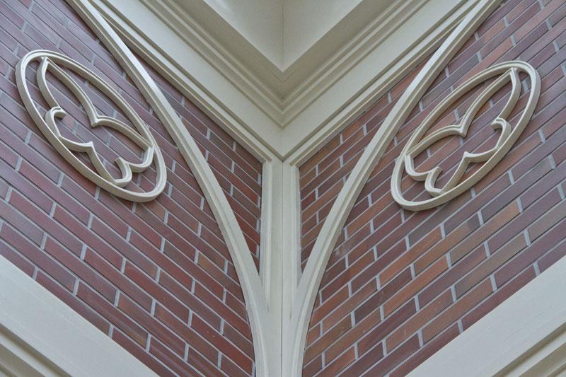 Оформление внутреннего угла арками, карнизами и фигурными молднигами - барельефами