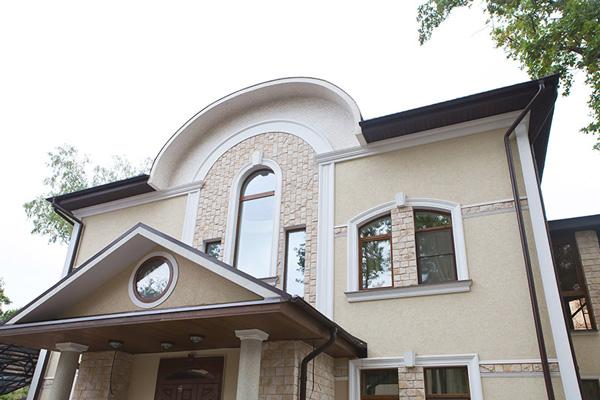 Фотографии красивых домов с отделкой полиуретановой лепниной, декор фасада загородного коттеджа для семьи, фото окна, двери, карнизы, молдинги