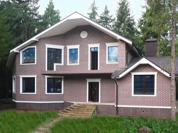 фасад дома оформлен лепным декором и термопанелями