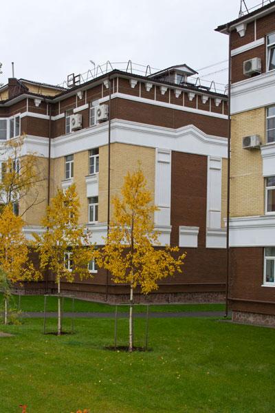 Фото фасада оформленного декором из полиуретана