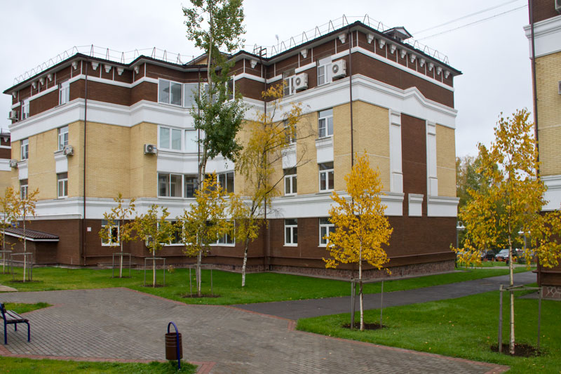 Фото фасада многоэтажного дома отделанного лепниной из полиуретана