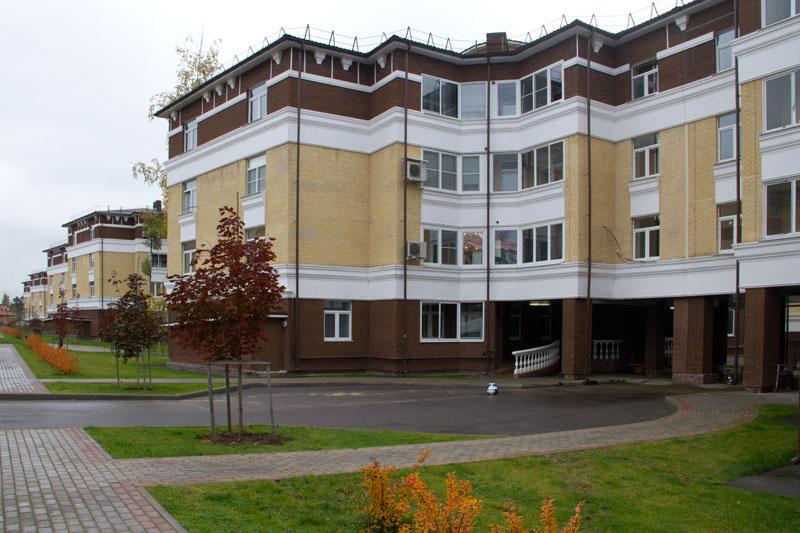 4-х этажные дома отделанные фасадным декором Регент-Декор