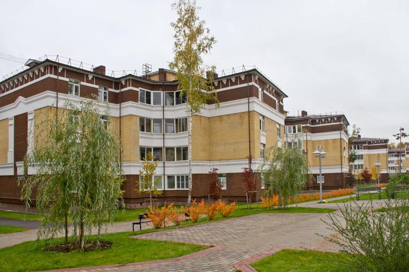 Четырёхэтажные дома отделанные фасадным декором из полиуретана Регент-Декор