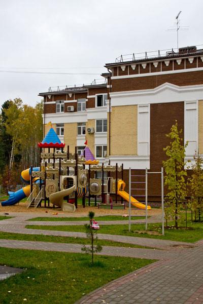 Фасады жилого комплекса оформлены декором из полиуретана