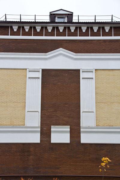 пилястры, сандрик, карниз, консоли на фасаде
