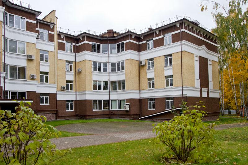 фасады домов украшены полиуретановой лепниной