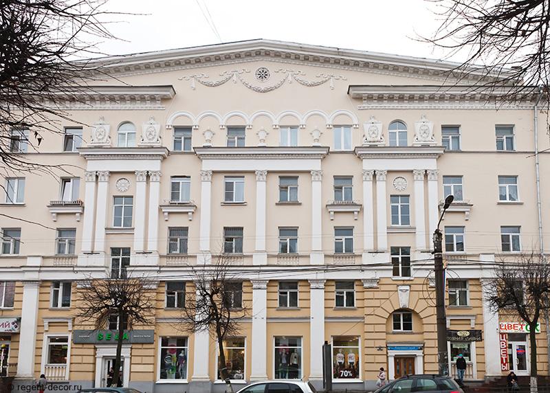 улица Дзержинского 7, послевоенная архитектура Смоленска, пилястры, декор фасада, архитектурное наследие