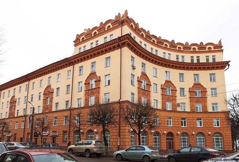 улица Дзержинского 9, жилой дом в классическом стиле советского периода, архитектор Коваленко, фронтоны в декоре здания, оформление фасада
