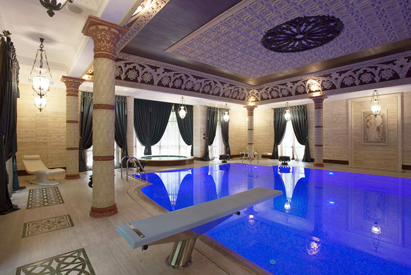 необычный бассейн, красивый дизайн интерьера с использованием полиуретановой лепнины, лепнина на потолок, как оформить интерьер красиво и практично