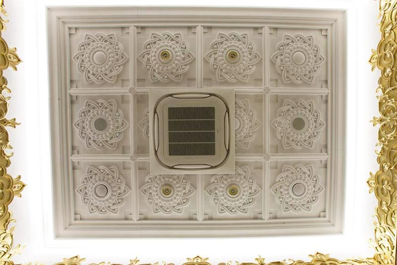 оригинальное оформление потолка с помощью полиуретановой лепнины регент-декор, как кондиционер и вентиляция на потолке, лепнина на потолок
