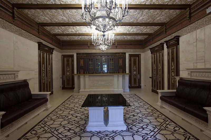 римский стиль в оформлении интерьера, как изпользовать лепнину из полиуретана для интерьера, красивые диваны в интерьере, потолок и стены с лепниной