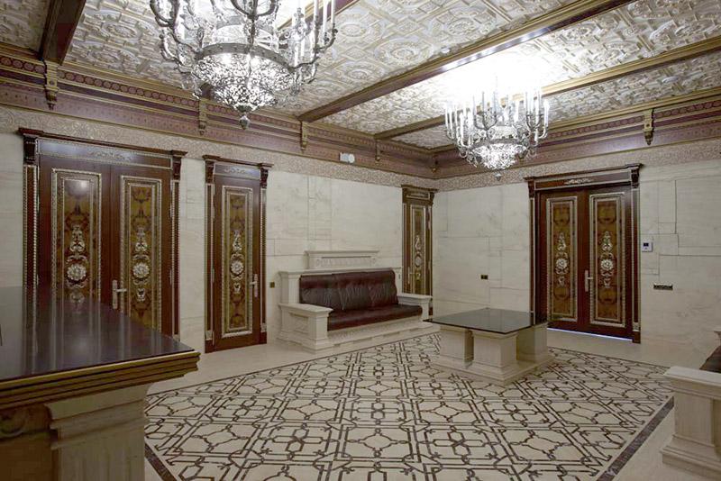 фотографии как красиво встроить балки и лепной декор на потолке в общий стиль оформления интерьера, двери и пол, люстры в сочетании с лепным декором