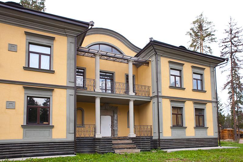 Фасадная лепнина из полиуретана, декор фасада, серый и жёлтый, дымчатый и лимонный, главный вход, входная группа, оформление дверей и окон, новая дверь