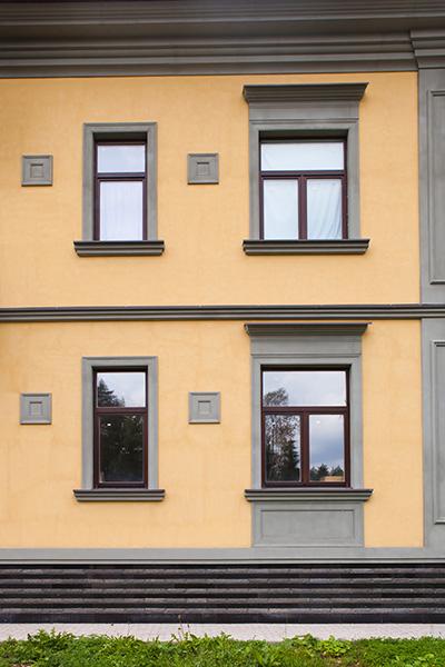 как оформить окно в загородном доме, декоративные элементы около окна, полиуретановые молдинги и сандрики