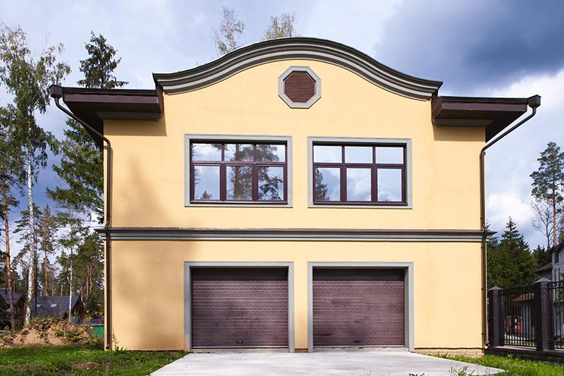 оформление полиуретановой лепниной дома с гаражом, въезда в гараж, окон над гаражом, вентиляционная решетка