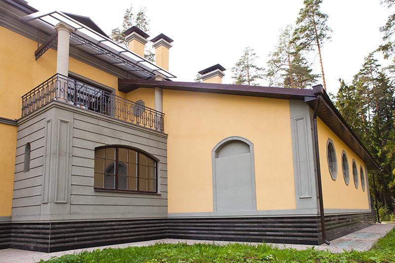 как сделать балкон в загородном доме, оформление балкона в частном коттедже, стеновые панели из полиуретана,  фотографии красивого балкона