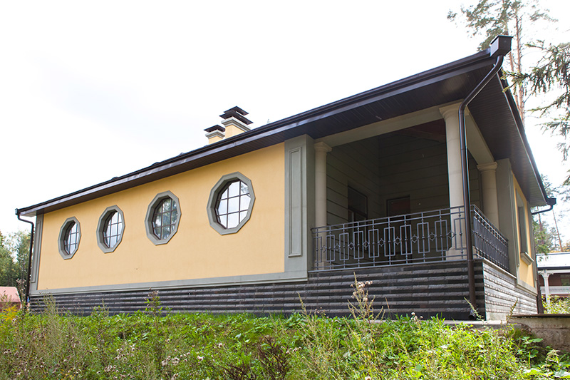 фото необычных окон, как оформить окна в частном доме, красивые окна в загородном коттедже,  купить лепнину для окна