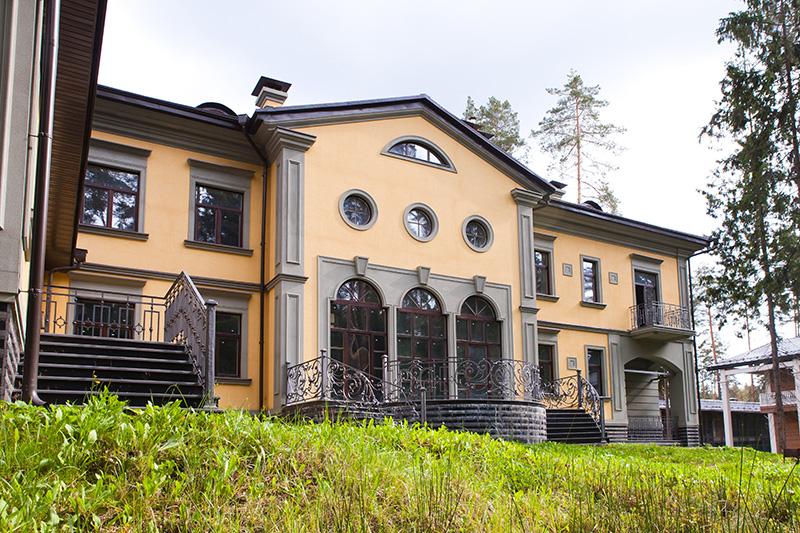 частные дома фото, красивые здания в классическом стиле, как построить частный дом в стиле классики, круглые окна на фасада, красивое крыльцо