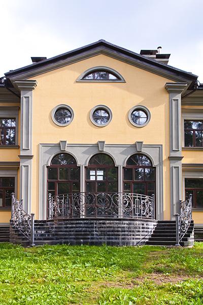 строительство и декор частного дома, как сделать красивое оформление дома, пилястры из полиуретана, входная группа, замковые камни, карнизы и крыша