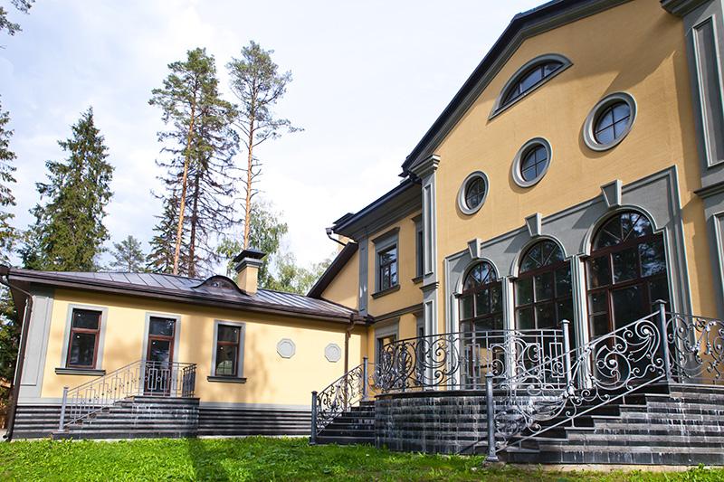 красивый дом в Подмосковье, частная усадьба, фасад дома с полиуретановым декором, монтаж лепнины из полиуретана