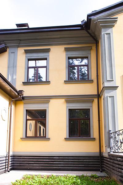фото новые окна, как украсить окна лепниной их полиуретана, построить дом и коттедж