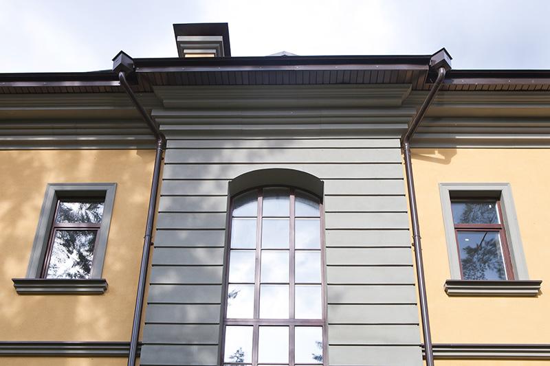 как оформить окно на несколько этажей, красиво сделать пространство под крышей