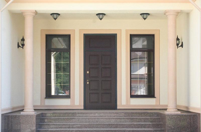 дизайн фасада входа в дом, оформление лестницы колоннами, покрашенные молдинги, фасадный декор, декоративные элементы, колонны из полиуретана, как декорировать окна в доме