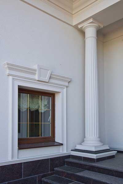 колонна, обрамление окна: сандрик, молдинги, замковый камень, цокольный молдинг, цокольный пояс, подкровельный карниз.
